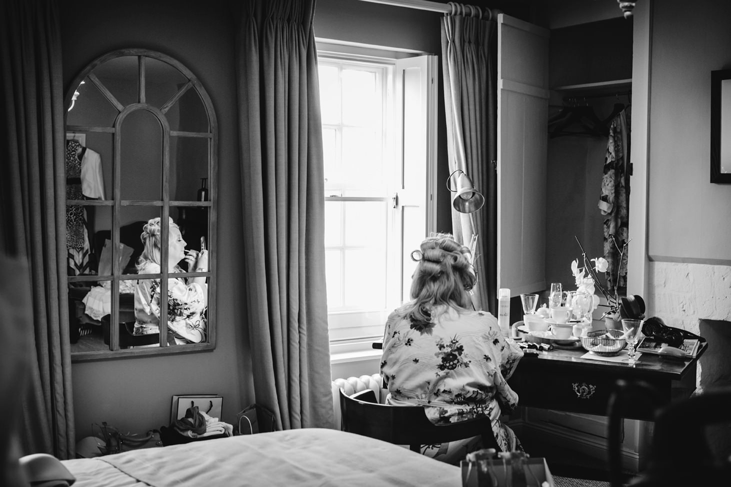 oxfordshire wedding photography brides mum doing makeup