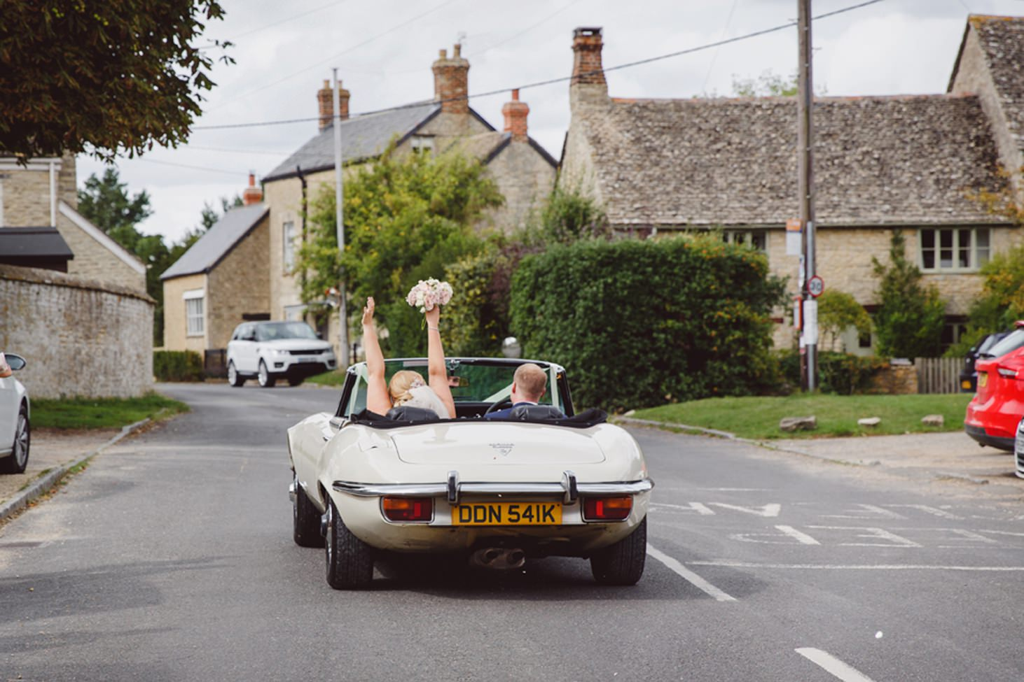 oxfordshire wedding photography bride and groom in car