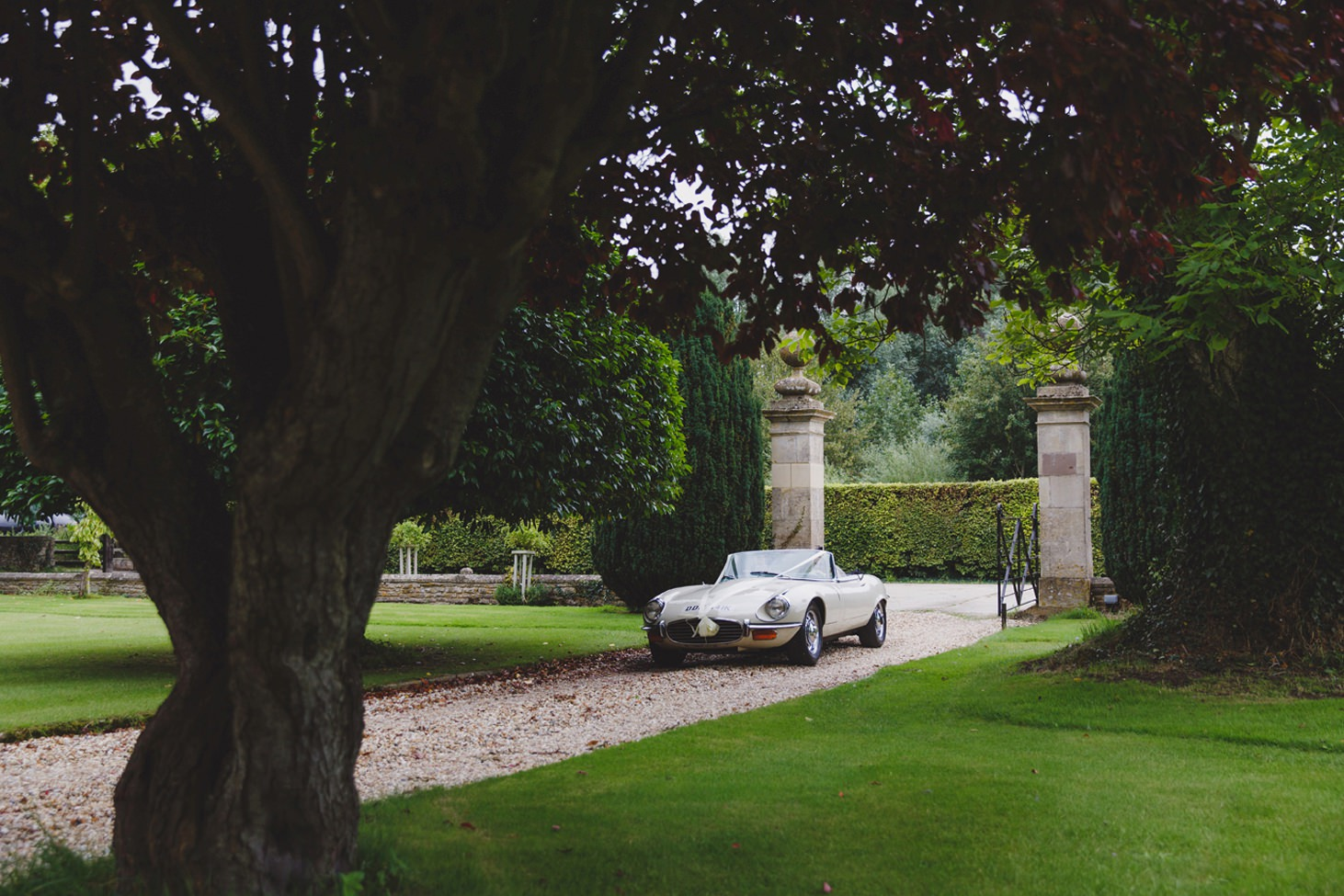oxfordshire wedding photography bride and groom car arriving