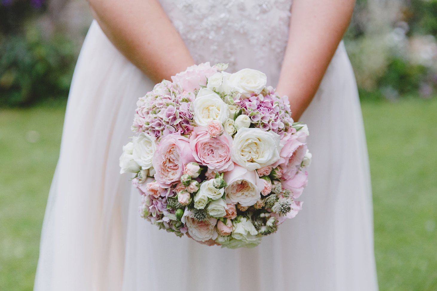 oxfordshire wedding photography brides bouquet