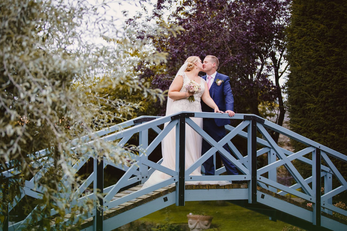 oxfordshire wedding photography bride and groom kiss on bridge