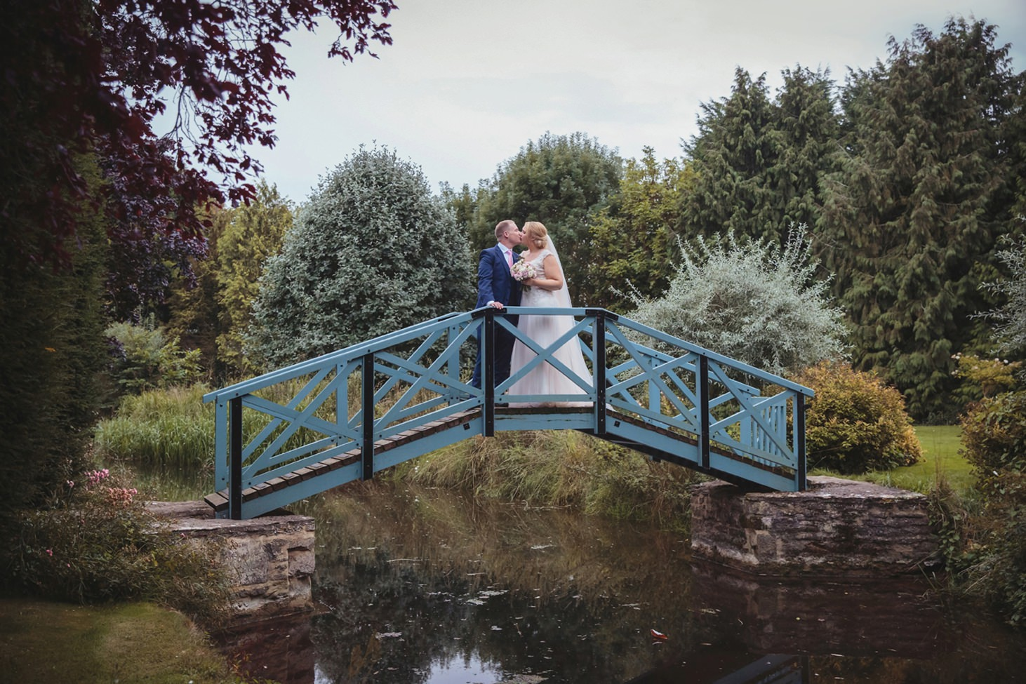 oxfordshire wedding photography bride and groom on bridge kissing