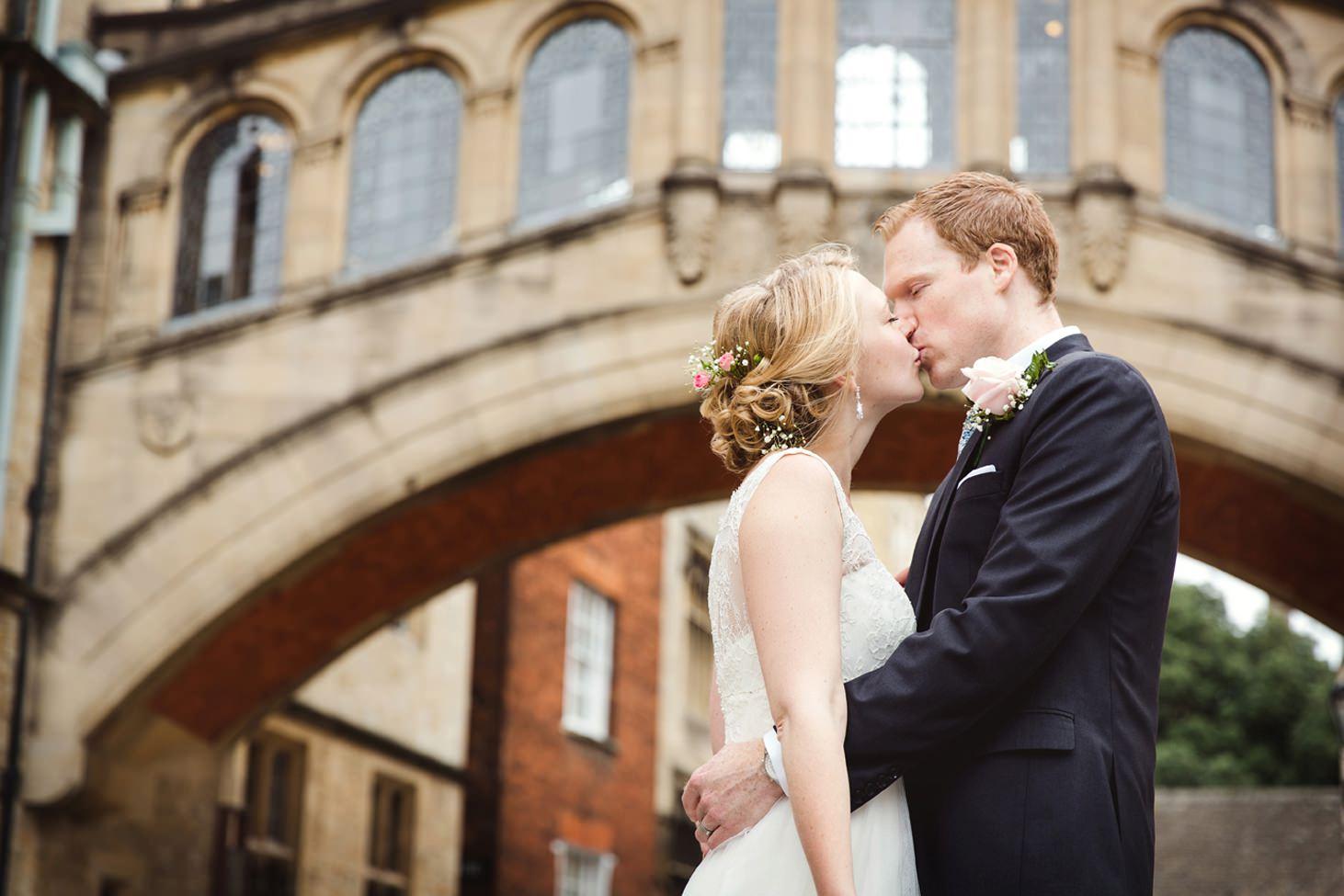 Bodleian library wedding bridge of sighs kissing portrait