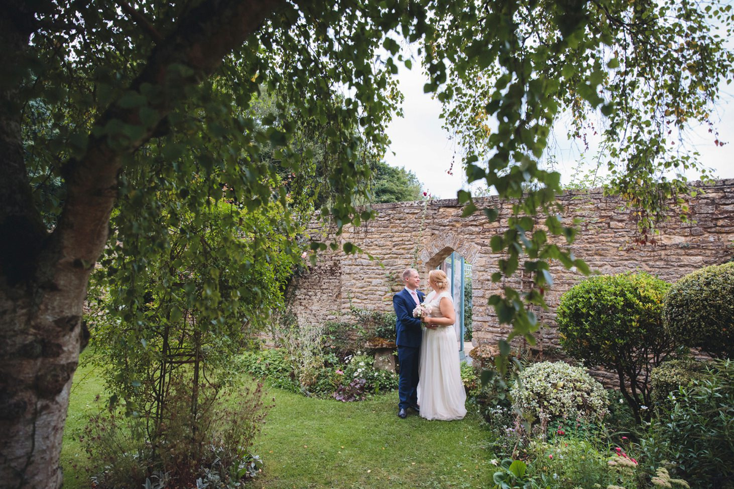 oxfordshire wedding photography bride and groom in gardens