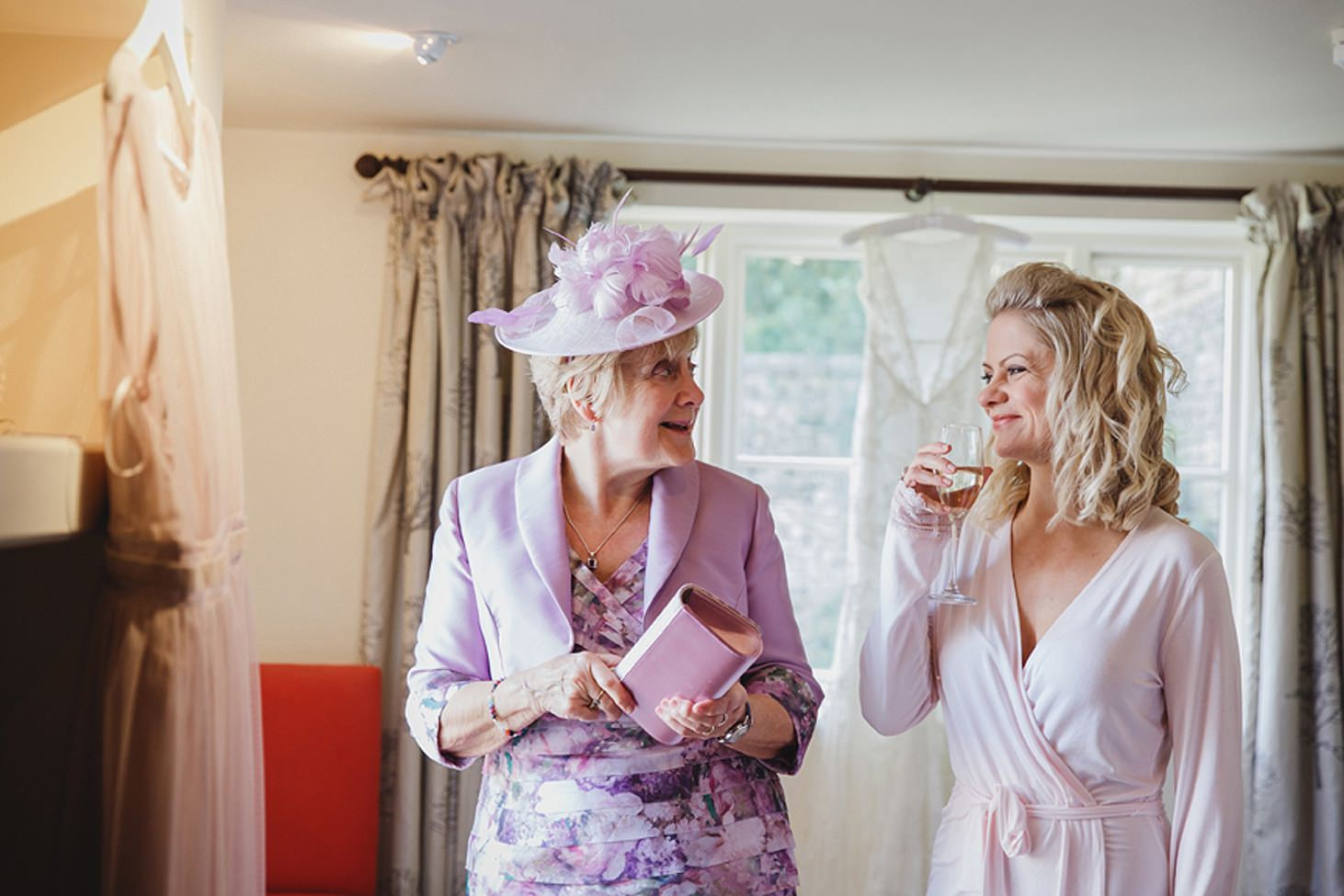 cotswolds wedding bride with mum