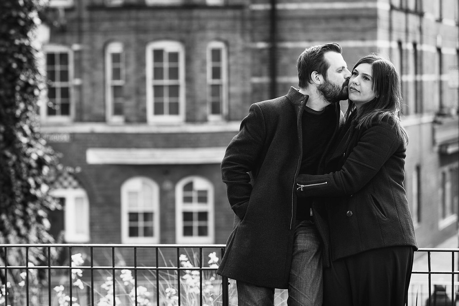 shoreditch engagement shoot couple kiss