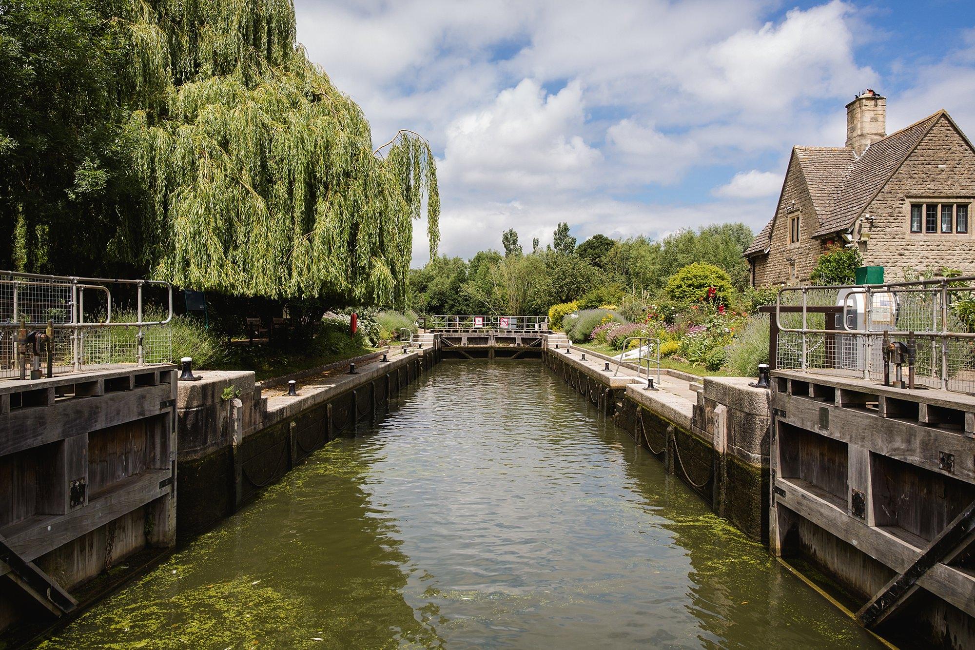 Isis Farmhouse Oxford Wedding boat pulls into isis farmhouse lock