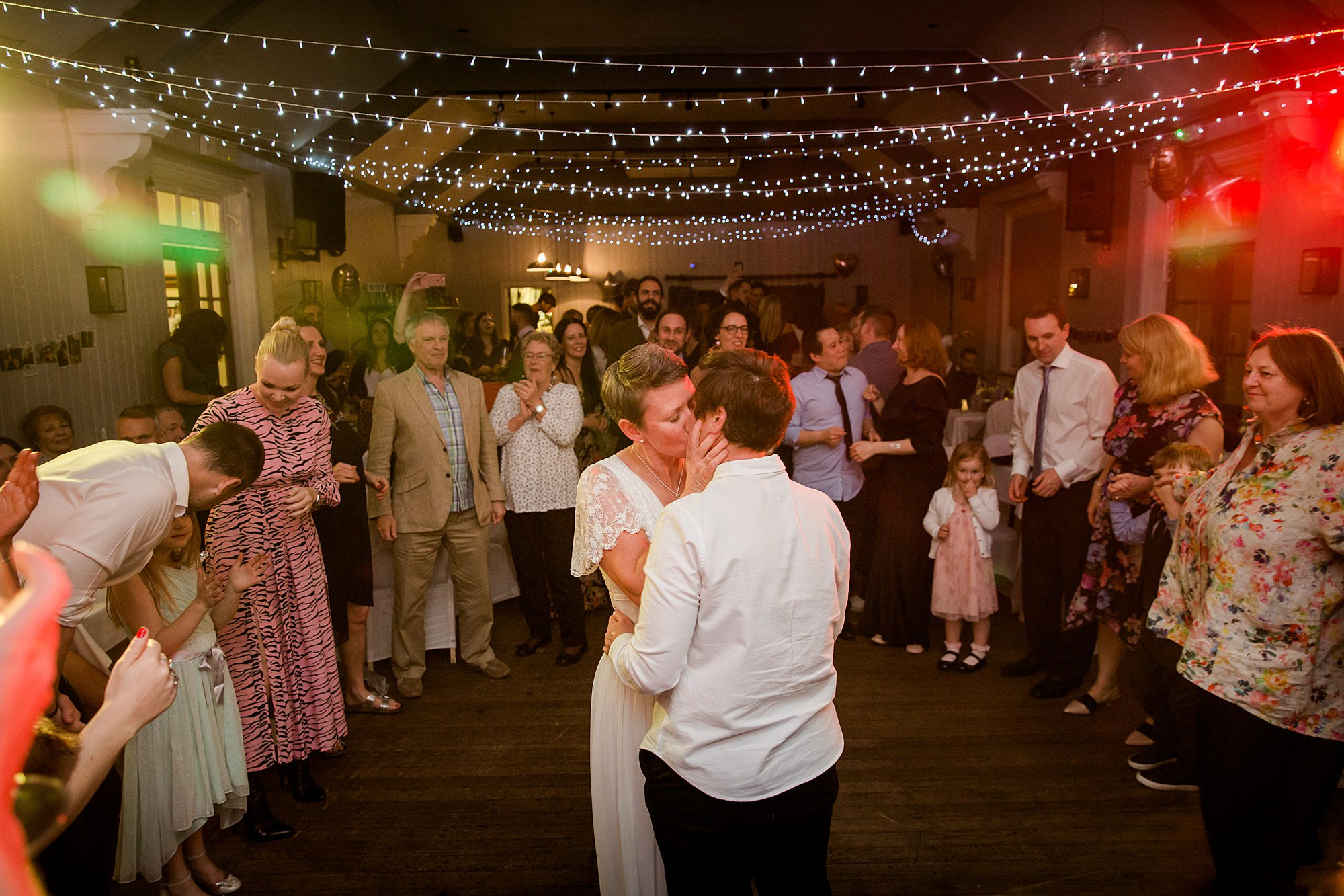 Twickenham wedding photography brides kiss during first dance at turks head pub